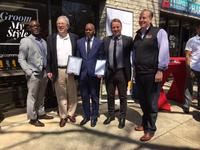 Mayor Buckley presents citation at Groom My Style grand opening